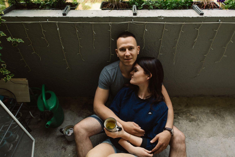 Lina ir Tomas, priešvestuvinės poros fotosesijos prie jūros metu darytas portretas
