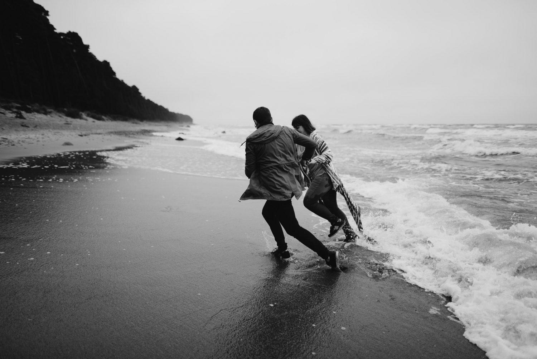 Priešvestuvinė fotosesija pajūryje – spėjome ir pabėgioti nuo bangų