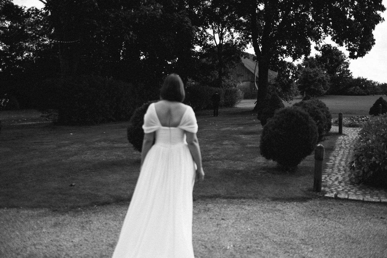 Šioje nuotraukoje šventei pasiruošusi Kristina eina pas Raimondą, kuris ją su vestuvine suknele pamatys pirmą kartą