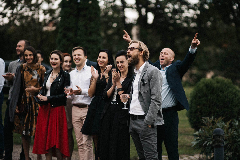 Jaunųjų Kristinos ir Raimondo draugai pasitinka susituokusią porą