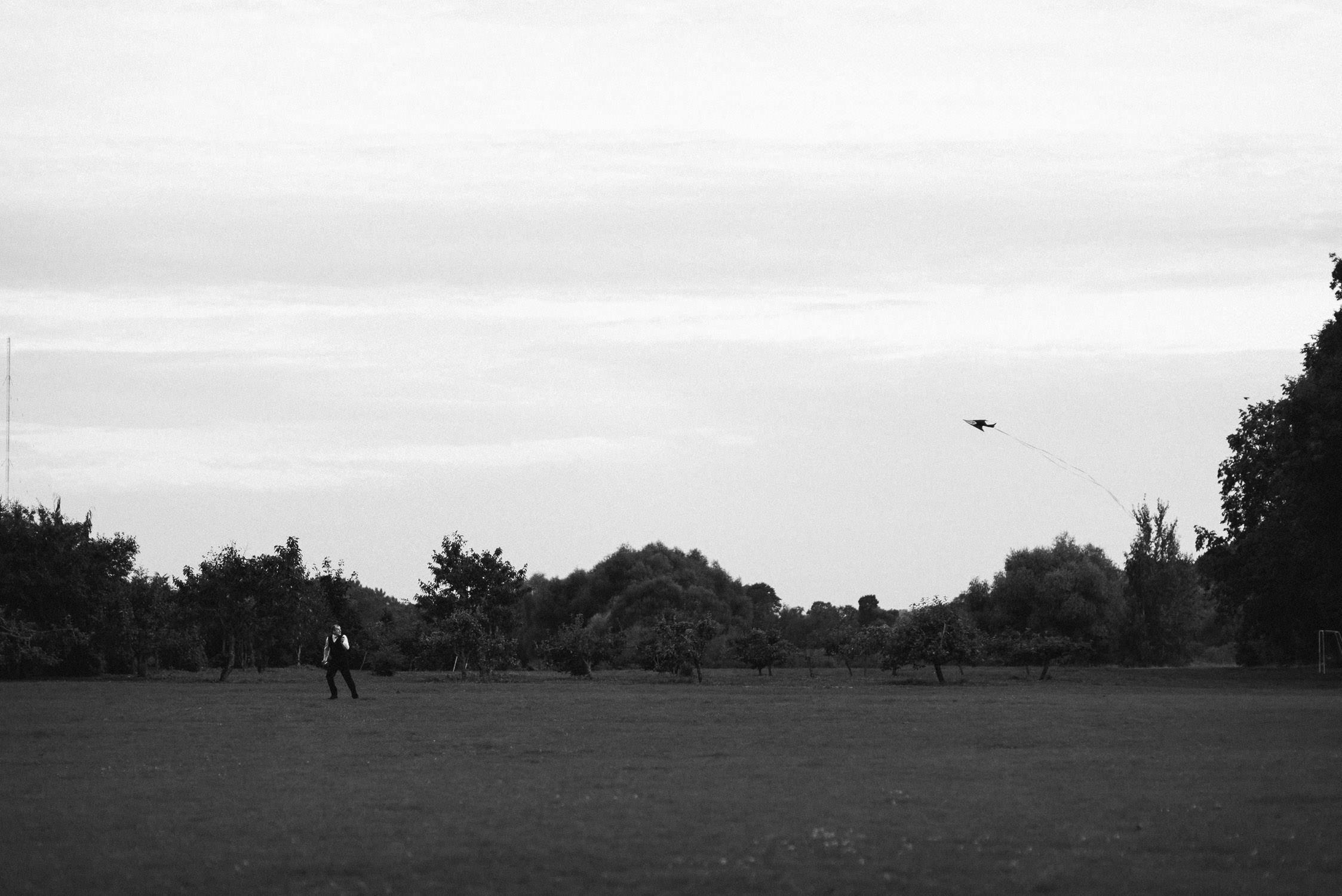 Jaunųjų draugas mėgaujasi geru oru skraidindamas aitvarą Babtyno-Žemaitkiemio dvaro parkelyje