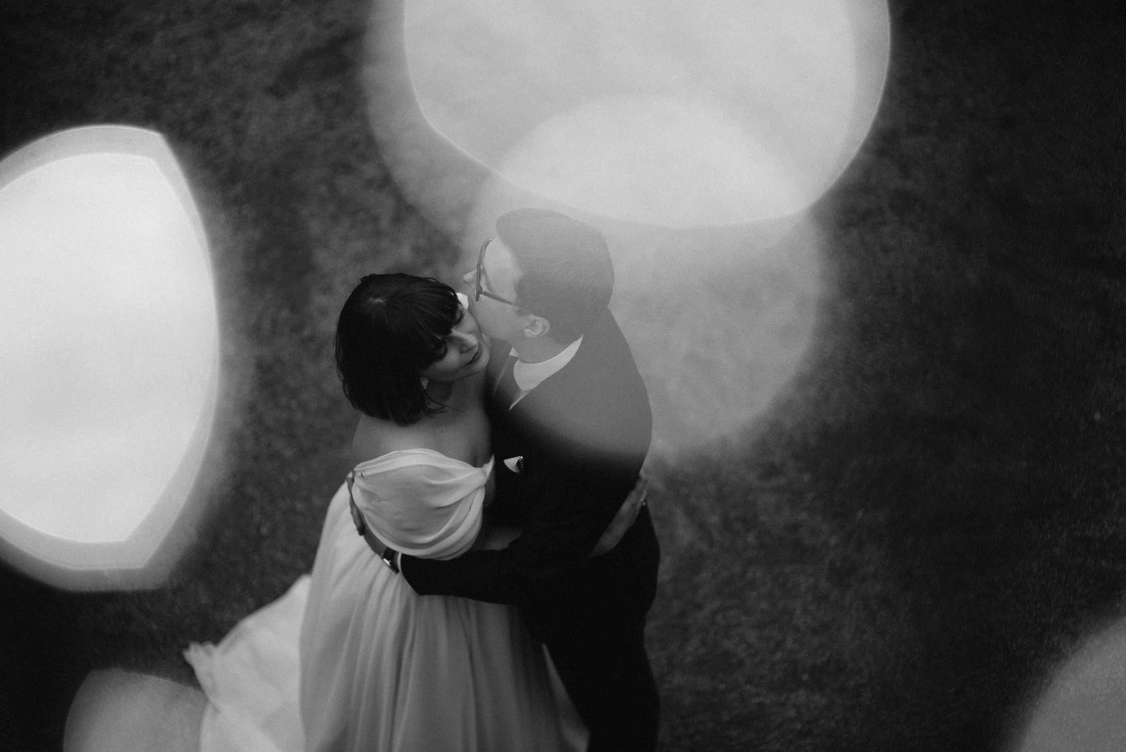 Juodai-baltas Kristinos ir Raimondo vestuvių portretas