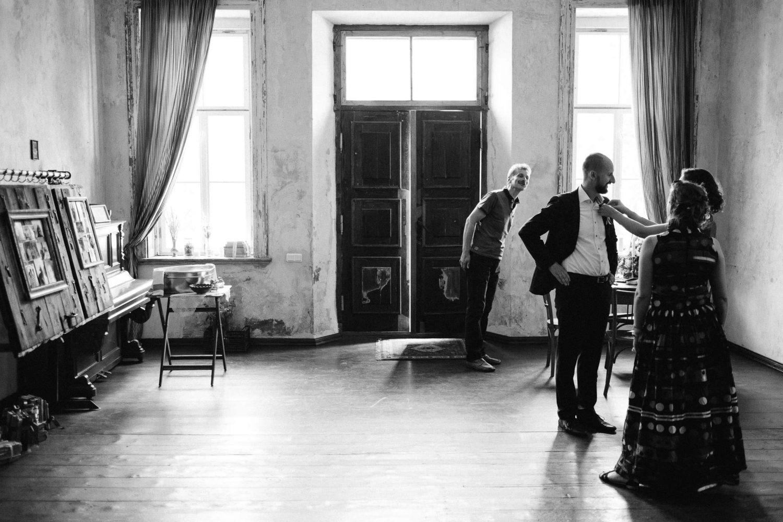 Jakiškių dvaro vestuvių rytą Vaidas, stebimas šeimos ir draugų, ruošiasi dvaro prieškambaryje