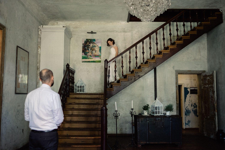 Jakiškių dvaro vestuvės. Vaidas pasitinka laiptais besileidžiančią nuotaką