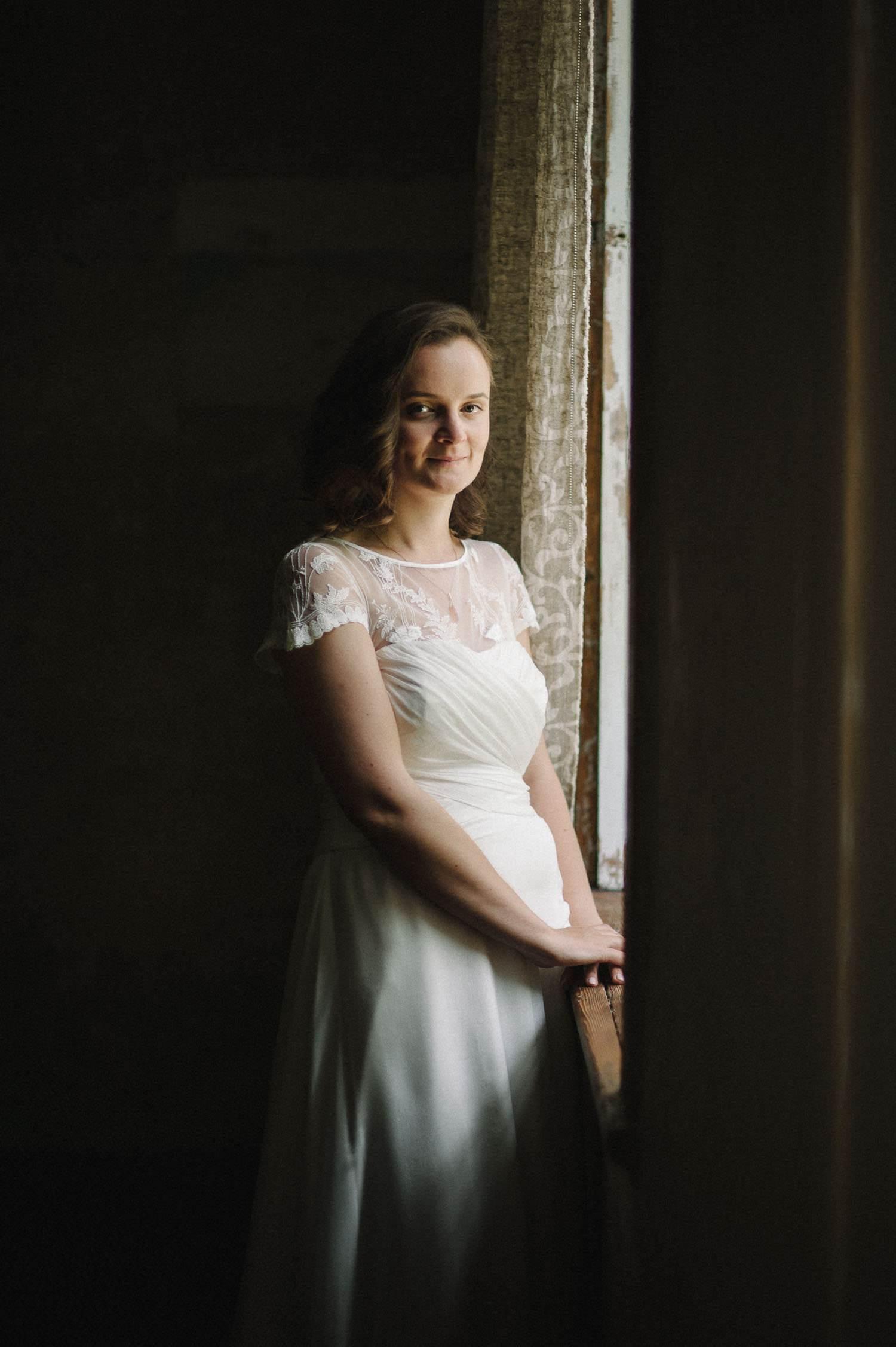 Eglės portretas prie lango Jakiškių dvare. Jaunoji dvelkia nepajudinama ramybe