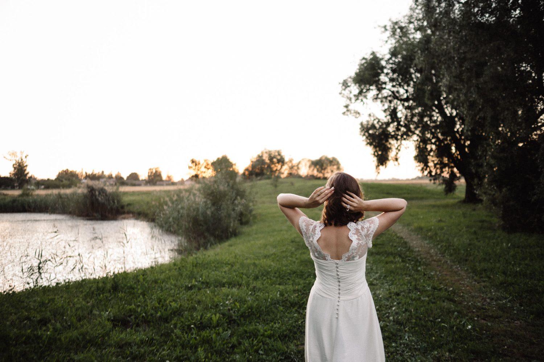 Kerinčiai romantiška, rami Jakiškių dvaro aplinka dvelkia lietuviškimu. Jaunosios portretas vėlyvą vakarą. Jakiškių dvaro vestuvės