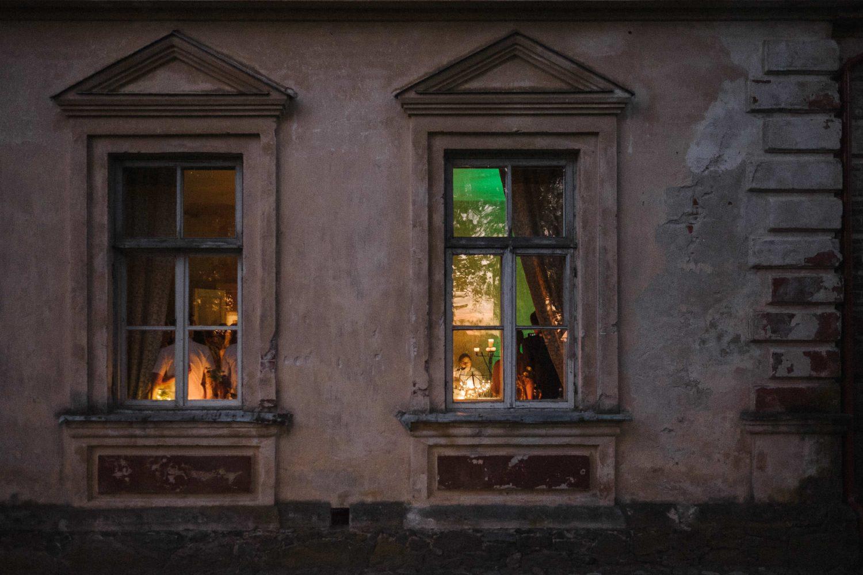 Vaizdas pro Jakiškių dvaro langus vidun, kur jaunikis Vaidas mylimąjai atlieka dainą. Jakiškių dvaro vestuvės