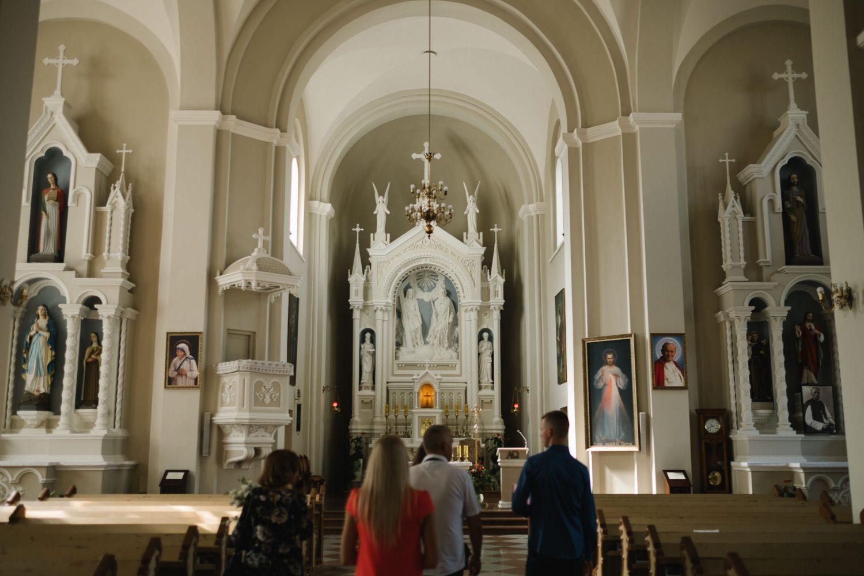 Svečiai renkasi bažnyčioje Dovilės ir Vyganto vestuvių dieną