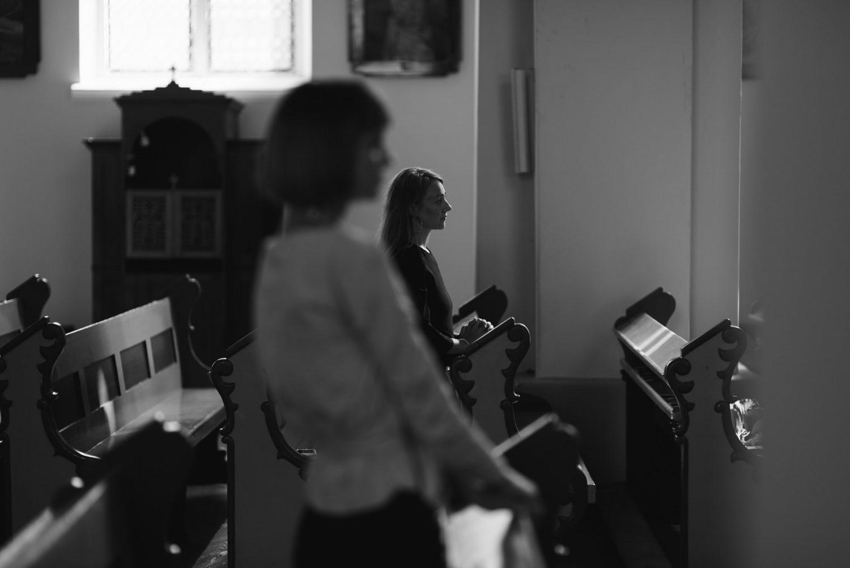 Dovilės ir Vyganto artimieji stebi jautrią ir šiltą ceremoniją bažnyčioje