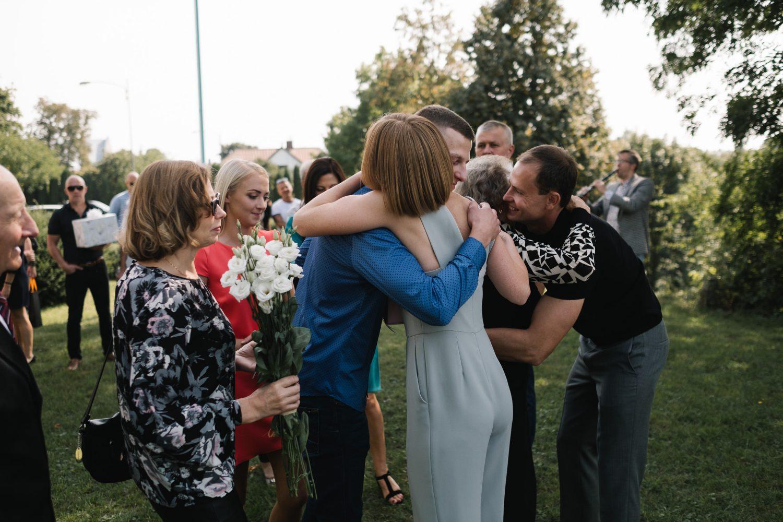 Artimiausių žmonių sveikinimai po vestuvių ceremonijos
