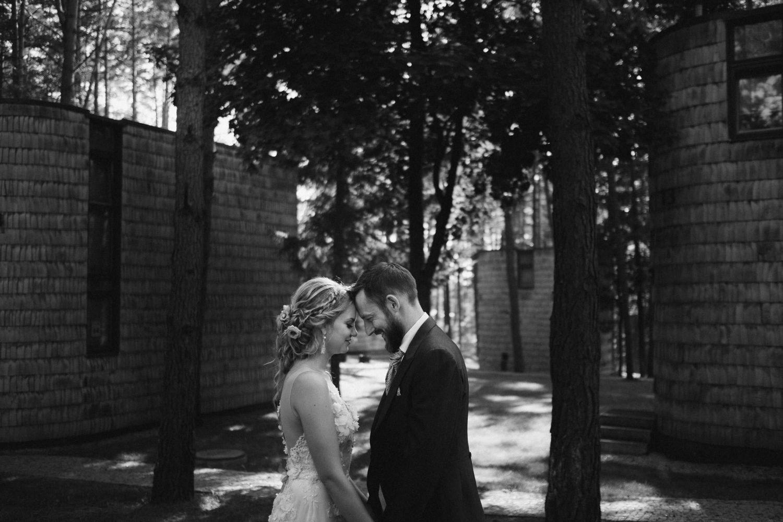 Austėjos ir Mike juodai-baltas vestuvių portretas. TonyResort