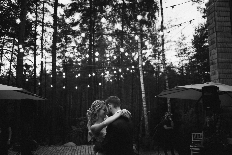 Austėjos ir Mike šokis draugų ir šeimos apsuptyje. TonyResort vestuvės