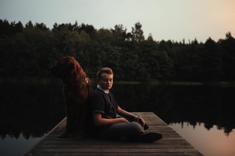 TonyResort vestuvės, lieptelis šalia žavaus ežero miškingais krantais. Ant jo – jaunikio Mike sūnus ir šuo, Scooby